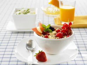 Frühstück mit Müsli, Saft und Quark Rezept
