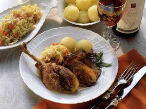 Gänsekeule mit Sauerkraut und Knödeln Rezept