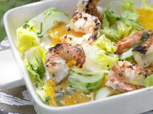 Garnelen auf Gurken-Orangen-Salat Rezept