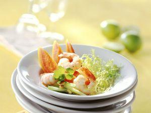 Garnelen mit Friseesalat, Papaya und Pinienkernen Rezept