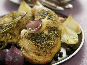 Gebackene Hähnchenschlegel mit Zwiebeln, Thymian und Rosmarin Rezept