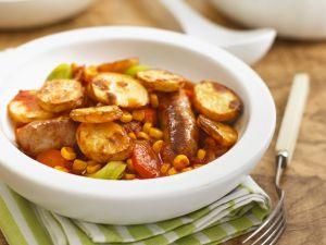 Gebackene Kartoffeln mit Mais und Würstchen Rezept