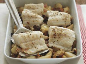 Gebackenes Seebarschfilet mit Kartoffeln und Oliven Rezept