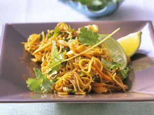 Gebratene Asia-Nudeln mit Gemüse und Koriander Rezept