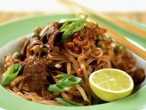 Asiatische gebratene Hühnerkeulen Rezept | EAT SMARTER