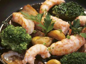 Gebratene Garnelen mit Knoblauch, Brokkoli und Speck Rezept