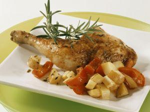 Gebratene Hähnchenkeule mit Rosmarin, Kartoffeln und Paprika Rezept