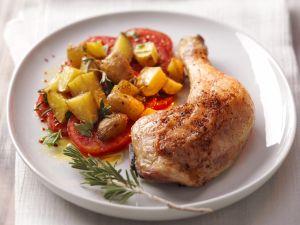 Gebratene Hähnchenschenkel mit Gemüse Rezept