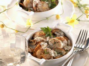 Gebratene Jakobsmuscheln mit Champignons in Käse-Sahne-Sauce Rezept