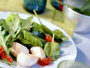 Gebratene Jakobsmuscheln mit Spinat-Rucola-Salat Rezept