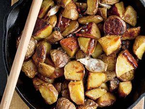 Gebratene Kartoffeln mit Knoblauch und Zimt Rezept