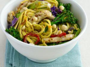 Gebratene Mie-Nudeln mit Hühnchen, Brokkoli und Orange Rezept