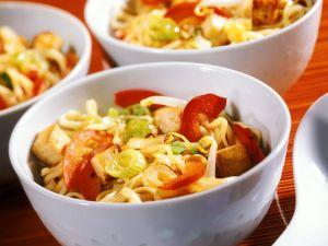 Gebratene Nudeln mit Gemüse und Tofu Rezept
