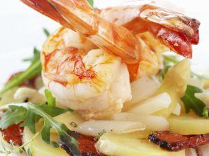 Gebratene Shrimps mit Spargel-Kartoffelsalat und Schinken Rezept