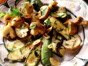 Gebratene Zucchini und Champignons mit Kräutern Rezept