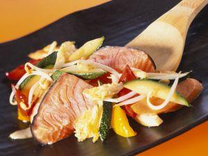 Gebratener Lachs mit Gemüse aus dem Wok Rezept