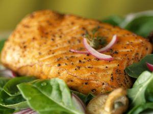 Gebratener Lachs mit jungen Spinat, Zwiebeln und Pilzen Rezept