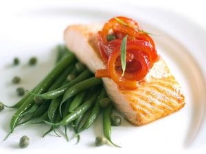 Gebratener Lachs mit Tomaten und Bohnen Rezept