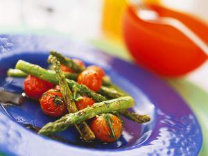 Gebratener Spargel mit Tomaten Rezept