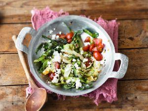 Gebratener Spitzkohl mit Tomaten, Käse und Löwenzahn Rezept
