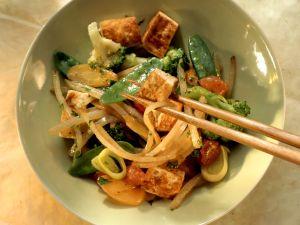 Gebratener Tofu mit Karotten, Brokkoli und Kefen Rezept