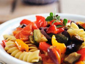 Gebratenes Gemüse mit Nudeln Rezept
