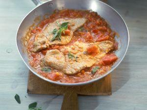 Gebratenes Kalbsschnitzel mit Tomatensoße Rezept