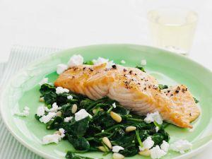 Gebratenes Lachsfilet mit Feta-Spinat Rezept