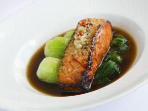 Gebratenes Lachsfilet mit Pak Choy und dunkler Soße Rezept