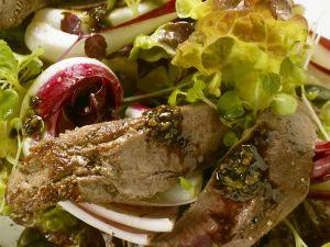 Gebratenes Rehfilet auf Herbstsalat mit Pesto aus Kürbiskernen Rezept