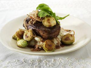 Gebratenes Rinderfilet mit Kartoffelbrei und Rosenkohl Rezept