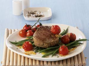 Gebratenes Rinderfilet mit Kirschtomaten und Bohnen Rezept