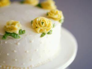 Geburtstagstorte mit gelben Marzipanrosen Rezept