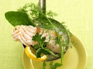 Gedämpftes Fischfilet auf Sieblöffel mit Kräutern Rezept