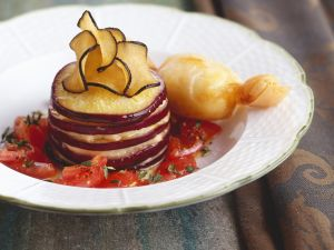 Gefächerte Aubergine mit Tomaten Rezept