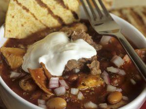 Geflügel-Chili mit Chorizo, Schmand und Tortilla Rezept