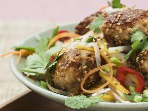 Geflügelpflanzerl mit Sesam und Gemüse Rezept