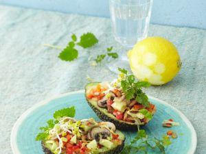 Gefüllte Avocado mit Tomaten, Gurke und Pilzen Rezept