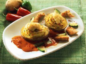 Gefüllte, gebackene Kartoffeln mit Paprikasauce Rezept