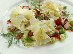 Gefüllte Käserosetten mit Gemüsesalat Rezept