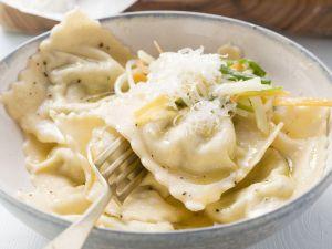 Gefüllte Kräuternudeln mit Julienne-Streifen und Parmesan Rezept