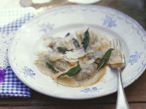 Gefüllte Nudeln mit Parmesan und Salbeibutter Rezept
