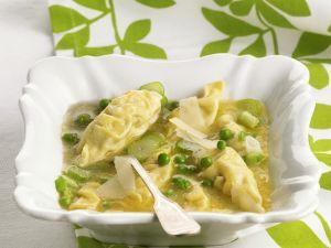 Gefüllte Teigtaschen mit Erbsensoße und Parmesan Rezept