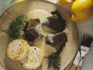 Gefüllte Weinblätter mit Käse und Sauce Rezept