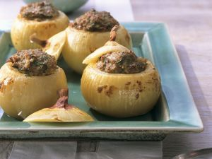 Gefüllte Zwiebeln mit Hackfleisch und Kräutern Rezept