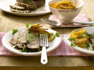 Gefüllter Hackbraten mit Wirsing und Mandeln dazu Bratkartoffeln Rezept