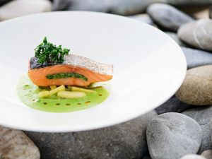Gefülltes Lachsfilet auf Kräutersoße Rezept