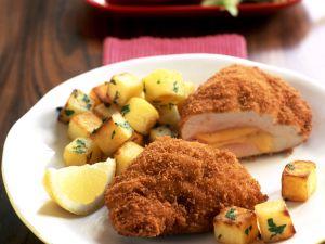 Gefülltes Putenschnitzel (Cordon bleu) mit gebratenen Kartoffeln Rezept