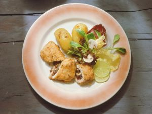 Gefülltes Putenschnitzel mit Salat Rezept