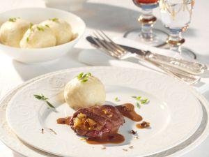 Gefülltes Rehschnitzel mit Wacholderrahmsauce und Hefeknödel Rezept